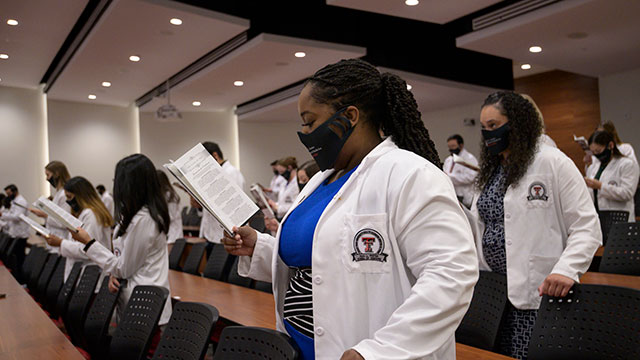 Foster School of Medicine's Class of 2024 Receives White Coats